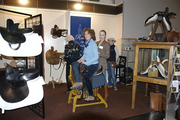 Fachautorin Tanja Mundt-Kempen und Vorsitzende des Vereins RiD (Reiten im Damensattel) Bettina Keil teilen die Bewunderung für gutes Handwerk und Tradition