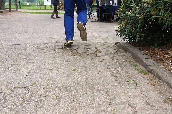 Stolperfalle Senken, Löcher oder Aufwölbungen im Pflaster: Augen auf und Füße heben! … und bis zur Reparatur könnte ein Blumenkübel die gefährliche Mulde auf dem Pferdehof zieren.