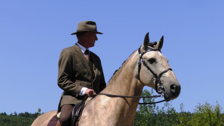 Bei längerer Hitze sollte der Reiter eine Kopfbedeckung tragen2