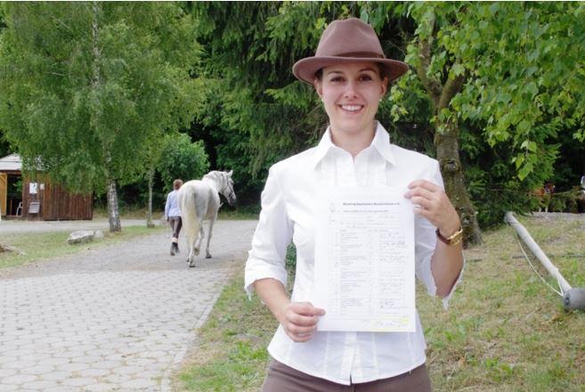 Aileen Froitzheim freut sich über den 2. Platz in der Dressurprüfung