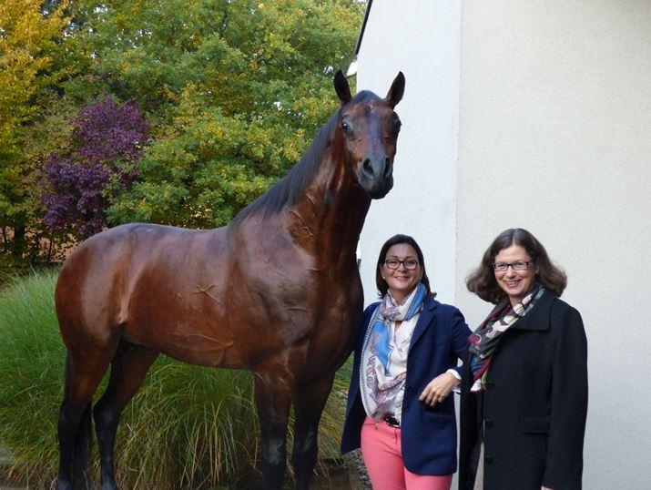 Janet Leve-Ostermann und Sybill Ebers mit der Dermoplastik von Lando