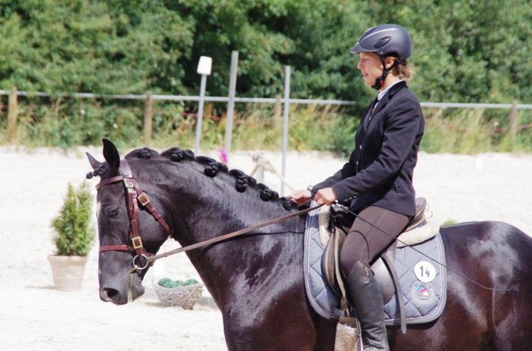 Anna freut sich. An dem Training des vielversprechenden Pferdes hat Anna Schmidt-Pauly sichtlich Spass