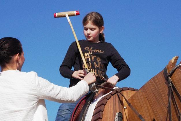 Auf der Horsica ist das Polo-Erlebnis rasanter als bei der Trockenübung der kleinen Reiterin