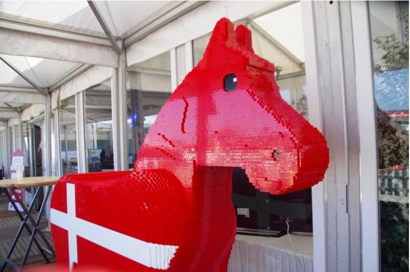Ein Pferd aus rund 200.000 Lego-Bausteinen