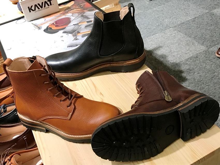 Traditionsunternehmen KAVAT aus Schweden setzt auf schadstofffreie, robuste Fußbekleidung in klassischen Formen und fällt durch das zeitloseDesign der Produkte auf dieser bunten Messe fast schon wieder auf.